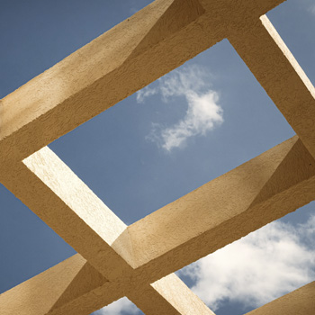 construccion de estructura mirada desde abajo con un cielo azul con nubes de fondo